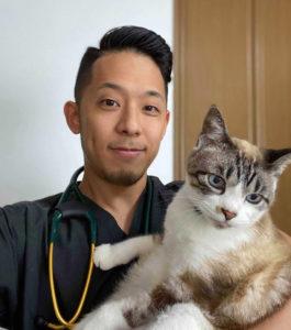 """獣医師の天辻弾です。犬猫病院で臨床獣医師として勤務。17歳のおばあちゃん猫と暮らす、自他共に認める""""猫派""""。些細なことでも何でもご相談下さい!"""